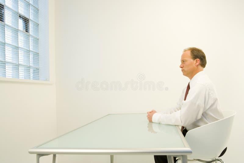Bemannen Sie alleine im weißen Raum stockbilder