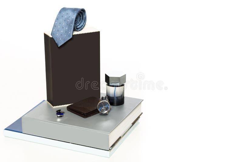 Bemannen Sie Armbanduhr, Kalender, Schlüssel und Gläser auf einer alten Tabelle lizenzfreies stockbild