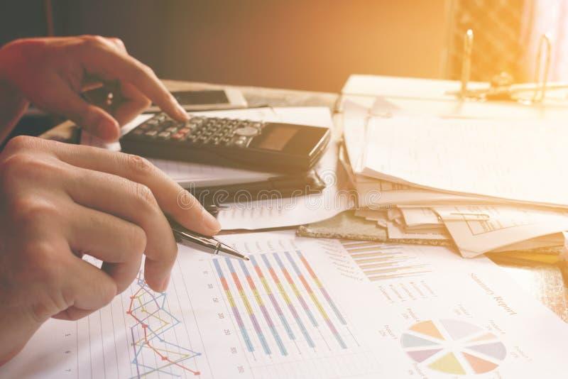 Bemannen Sie Behälter und über Kosten und Ausgaben nach Hause weg berechnen lizenzfreie stockfotos