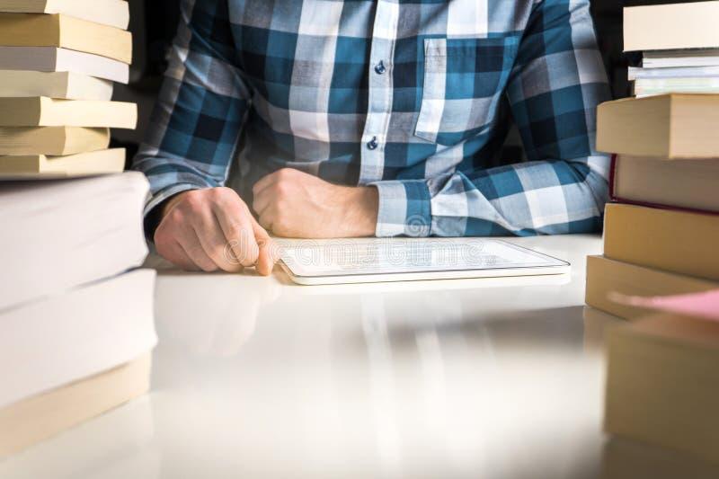 Bemannen Sie das Ablesen des elektronischen Buches oder der on-line-Nachrichten mit Leser stockfotos