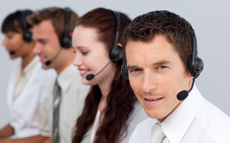 Bemannen Sie das Arbeiten mit seinem Team in einem Kundenkontaktcenter stockfotografie