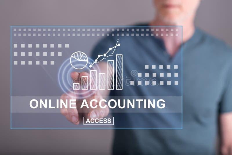 Bemannen Sie das Berühren einer on-line-Bilanzauffassung auf einem Touch Screen stockfoto