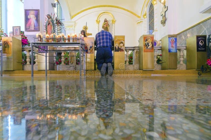 Bemannen Sie das Beten in Catedral de Nuestra Senora de Guadalupe, Tijuana, stockbild