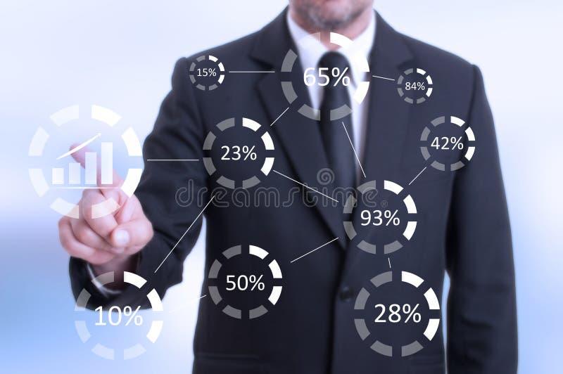 Bemannen Sie das Drücken des digitalen Knopfes auf futuristischem Monitor des Bildschirm- lizenzfreie stockfotografie