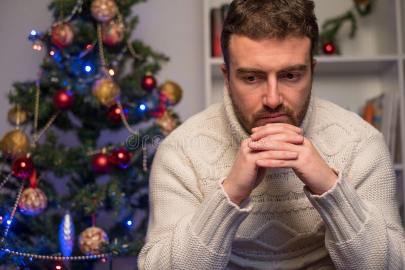 Bemannen Sie das Fällen niedergedrückt und einsam während der Weihnachtszeit stockfoto