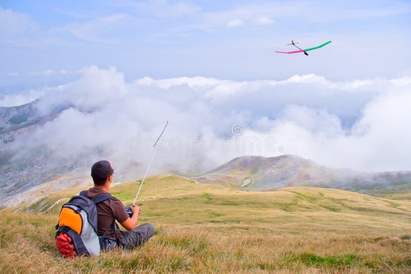 Bemannen Sie das Fliegen eines Flugzeugs von einer Oberseite des Berges lizenzfreies stockfoto
