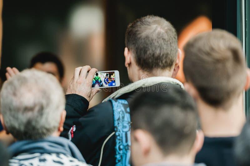 Bemannen Sie das Fotografieren auf seinem smarthone des Apple Store-Eingangs lizenzfreie stockbilder