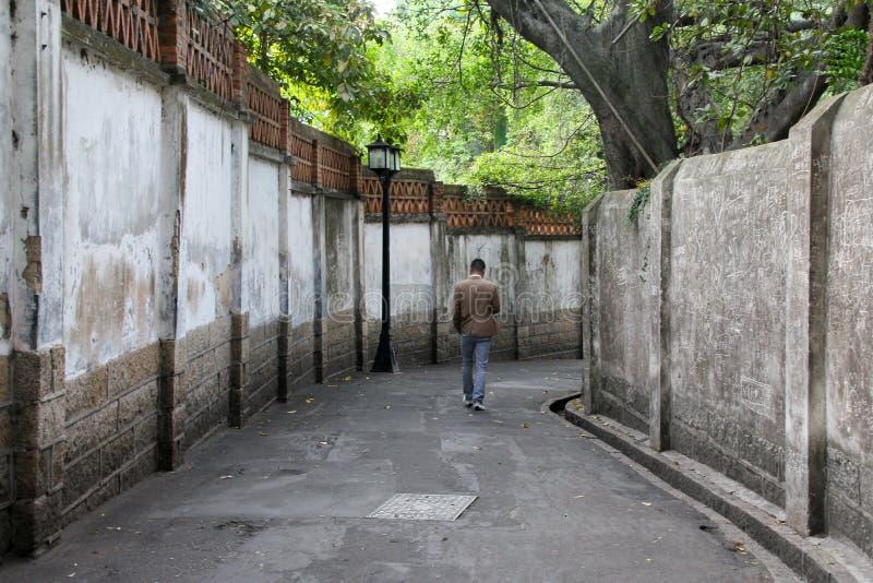 Bemannen Sie das Gehen in eine Gasse auf Gulangyu-Insel in China stockbilder