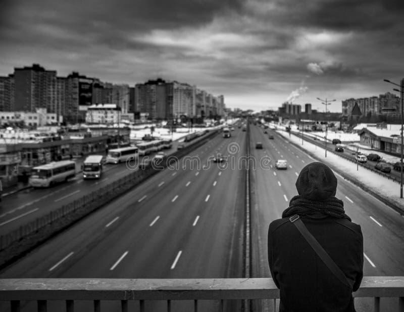 Bemannen Sie das Gehen um die Stadt, den Tag, im Freien lizenzfreie stockfotografie