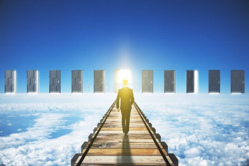 Bemannen Sie das Gehen zu einer offenen Tür im Wolkenkonzept lizenzfreie stockbilder