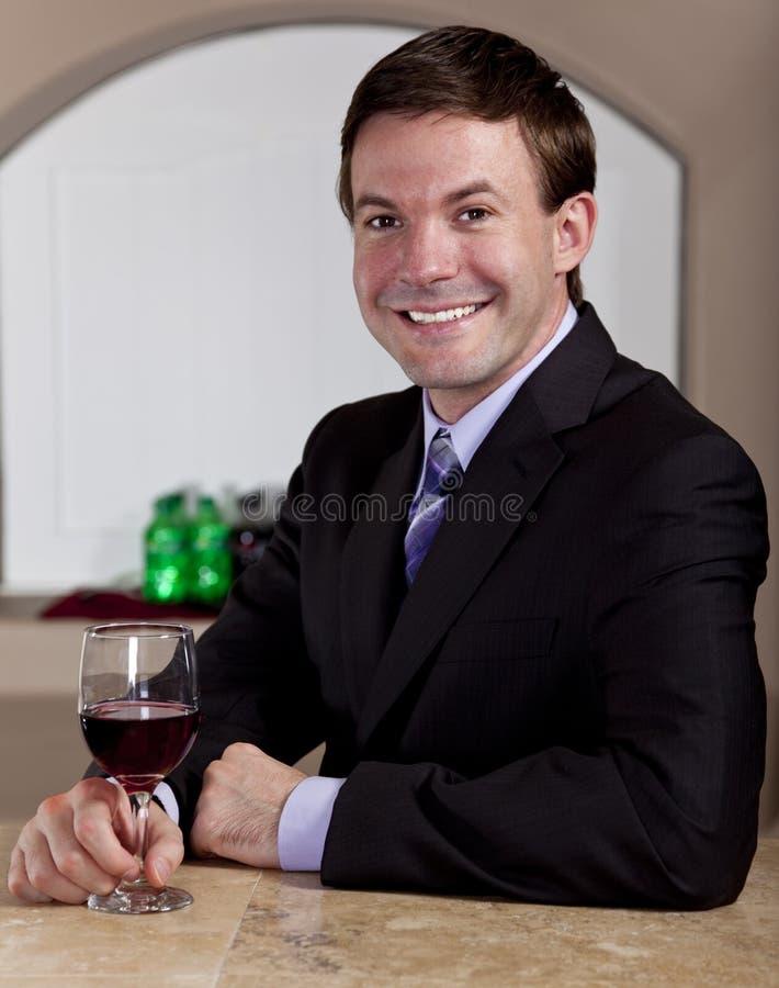 Bemannen Sie das Genießen eines Glases Weins in einer Bar lizenzfreie stockfotos