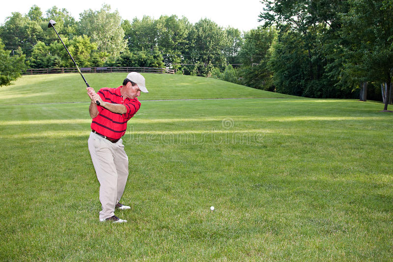 Bemannen Sie das Golf spielen stockfotos