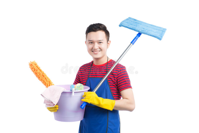 Bemannen Sie das Halten des Plastikeimers mit Bürsten und Reinigungsmitteln auf Weiß lizenzfreie stockfotos