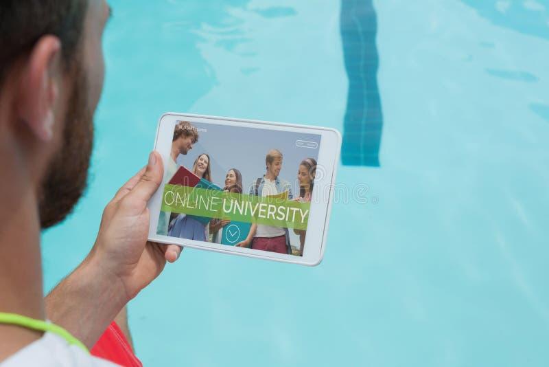 Bemannen Sie das Halten einer Tablette mit E-Learning-Informationen auf dem Schirm lizenzfreie stockbilder