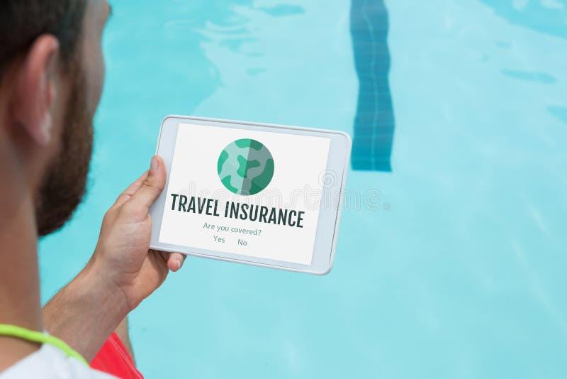 Bemannen Sie das Halten einer Tablette mit Reiseversicherungskonzept auf Schirm stock abbildung