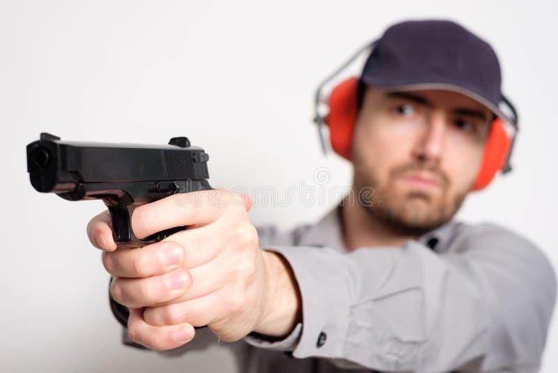 Bemannen Sie das Halten eines Gewehrs in seiner Hand bereit zu schießen stockfotografie