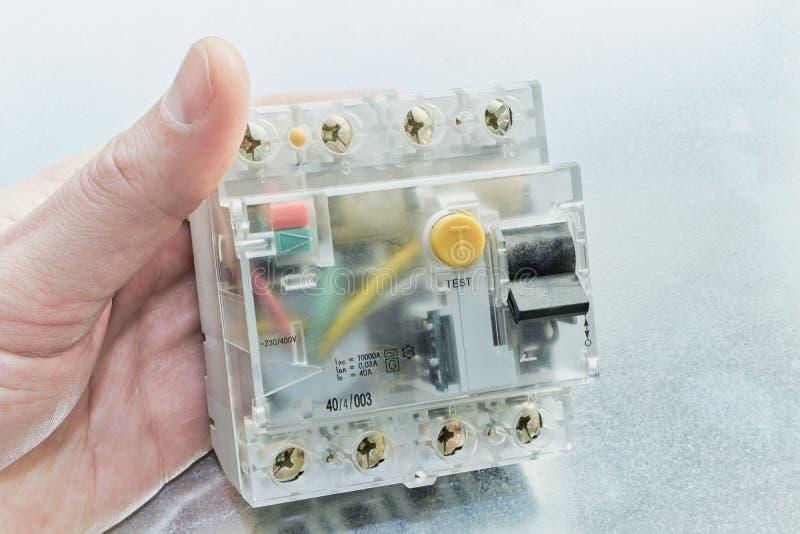 Bemannen Sie das Halten eines residuell gegenwärtigen Gerätes in der Modularbauweise lizenzfreies stockbild