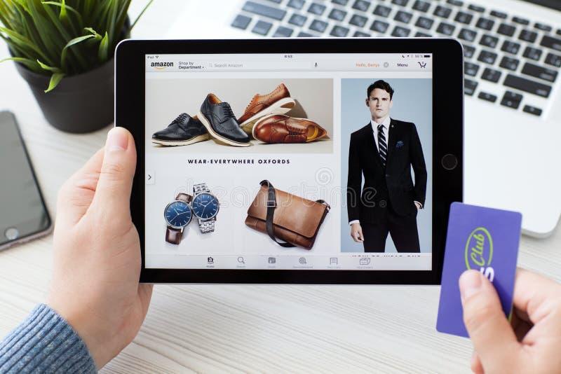 Bemannen Sie das Halten von iPad Pro mit on-line-Einkaufsservice Amazonas stockbild
