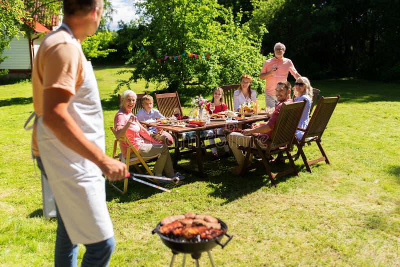 Bemannen Sie das Kochen des Fleisches auf Grillgrill am Sommerfest lizenzfreies stockfoto