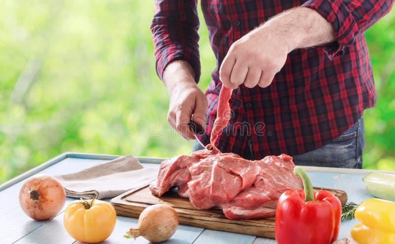 Bemannen Sie das Kochen des Rindfleischfleisches für gesundes Lebensmittel draußen kochen stockfoto
