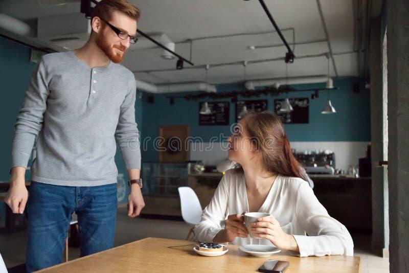 Bemannen Sie das Kommen zum Cafétabelle, das mit Schönheit bekannt gemacht erhält lizenzfreies stockfoto