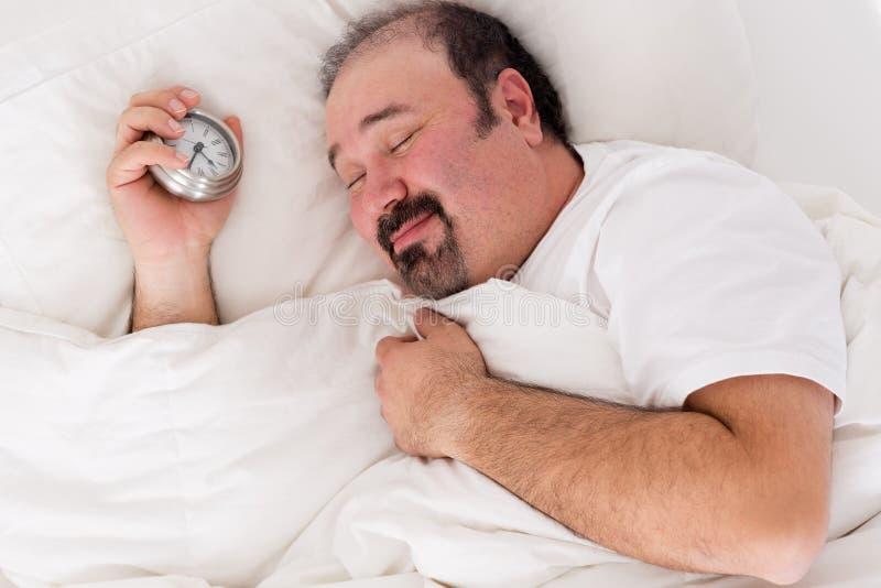 Bemannen Sie das Lächeln in der Zufriedenheit nach einem guten Schlaf stockfotos