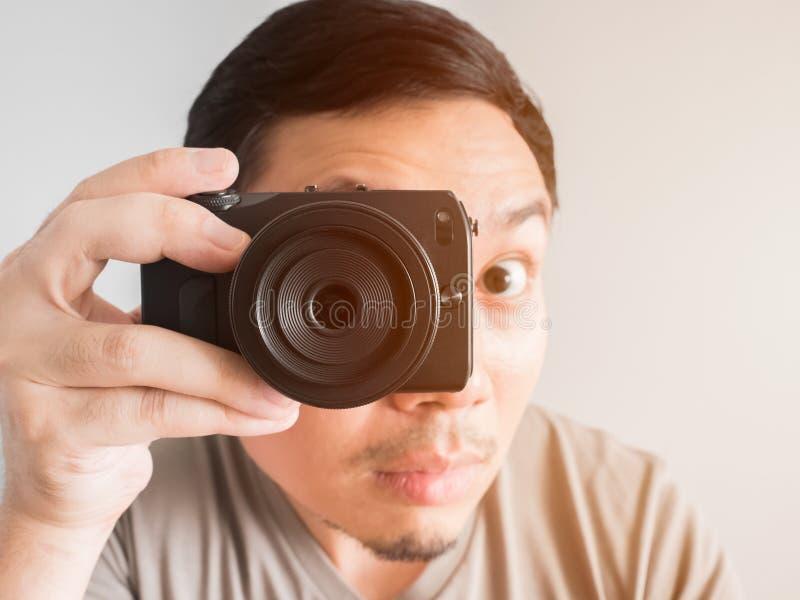 Download Bemannen Sie Das Machen Des Fotos Von Ihnen Mit Mirrorless Kamera Stockbild - Bild von glücklich, vertrag: 90236579