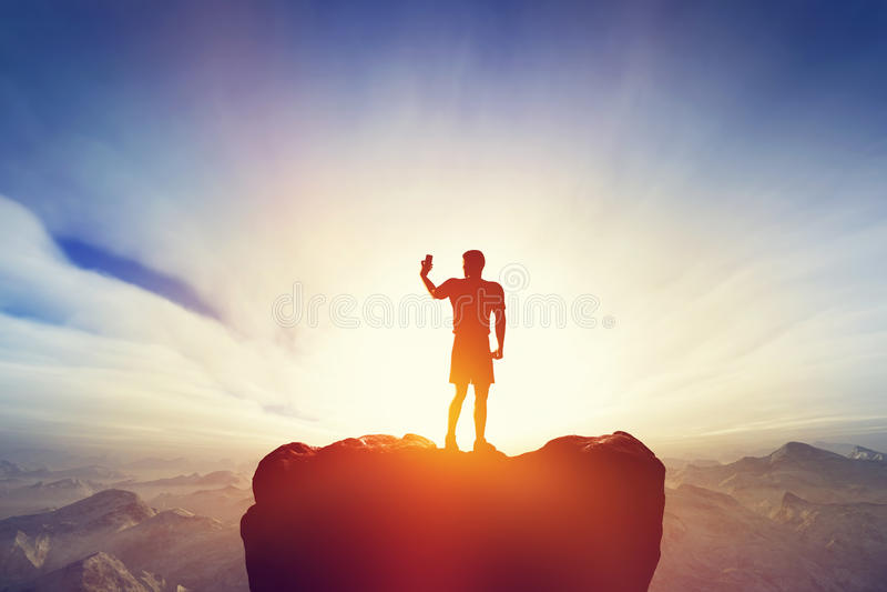 Bemannen Sie das Machen eines Fotos, selfie mit seinem Smartphone in den Bergen Bewegliche Fotographie lizenzfreies stockbild