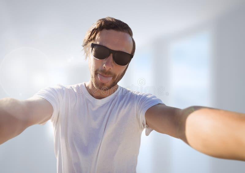 bemannen Sie das Machen zufälligen selfie Fotos vor unscharfem Hintergrund lizenzfreie stockbilder