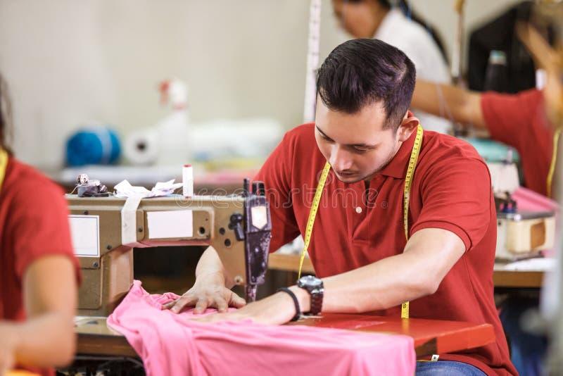 Bemannen Sie das Nähen auf einer Nähmaschine an einer Kleidungsfabrik lizenzfreies stockbild