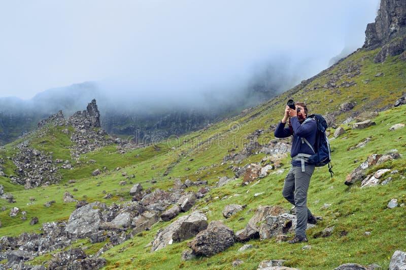 Bemannen Sie das Nehmen von Bildern der schönen schottischen Landschaft lizenzfreies stockfoto
