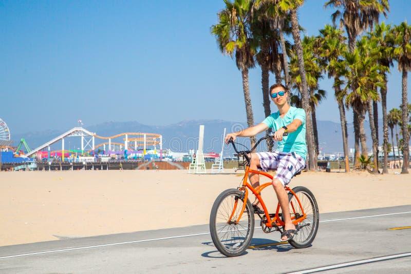 Bemannen Sie das Reiten eines Strandfahrrades nahe Venedig-Strand in Los Angeles lizenzfreie stockbilder