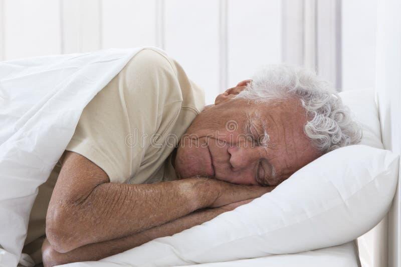 Bemannen Sie das Schlafen stockbild