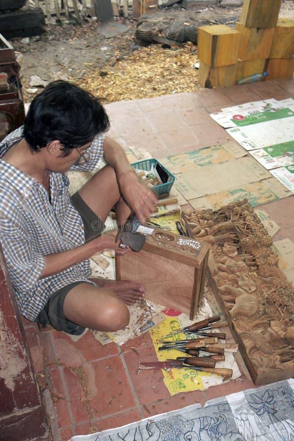 Bemannen Sie das Schnitzen des Holzes auf traditionelle Art in Chiangmai, Thailand lizenzfreie stockfotografie