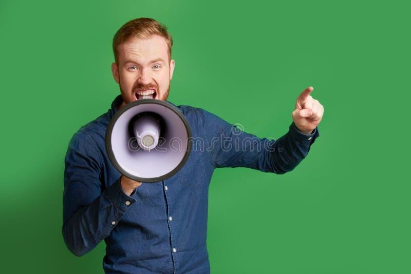 Bemannen Sie das Schreien im Megaphon lizenzfreie stockfotos