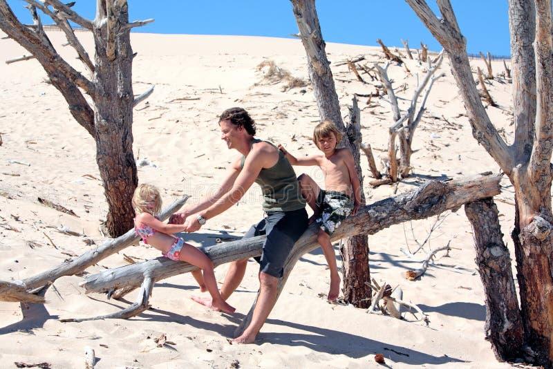 Bemannen Sie das Sitzen auf einem Protokoll mit seinem Sohn und Tochter stockbilder