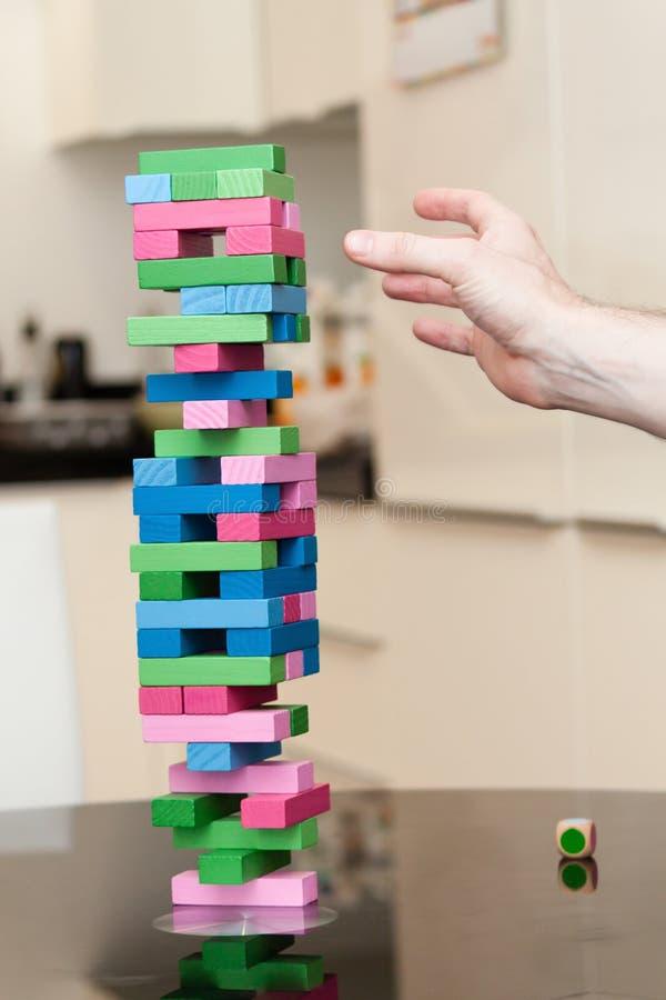 Bemannen Sie das Spielen des Spiels des hölzernen Blockes an einer Partei lizenzfreie stockfotos