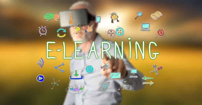 Bemannen Sie das Tragen eines virtuellen Kopfhörers der Wirklichkeit, der ein E-Learning-Konzept auf einem Touch Screen berührt lizenzfreie stockfotos