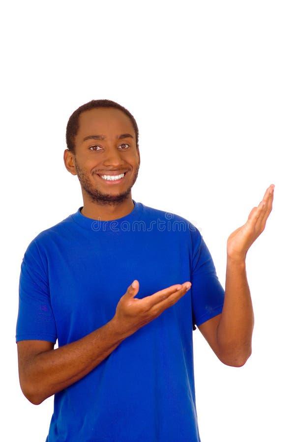 Bemannen Sie das tragende starke blaue T-Shirt, das unter Verwendung der Hände steht und aufeinander einwirkt, die Darstellung be lizenzfreie stockfotografie