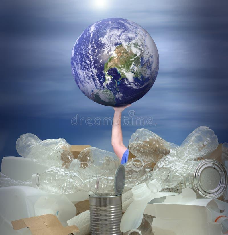 Bemannen Sie das Versuchen, Erde vom Ertrinken im recyclebaren Abfall zu halten lizenzfreie stockbilder