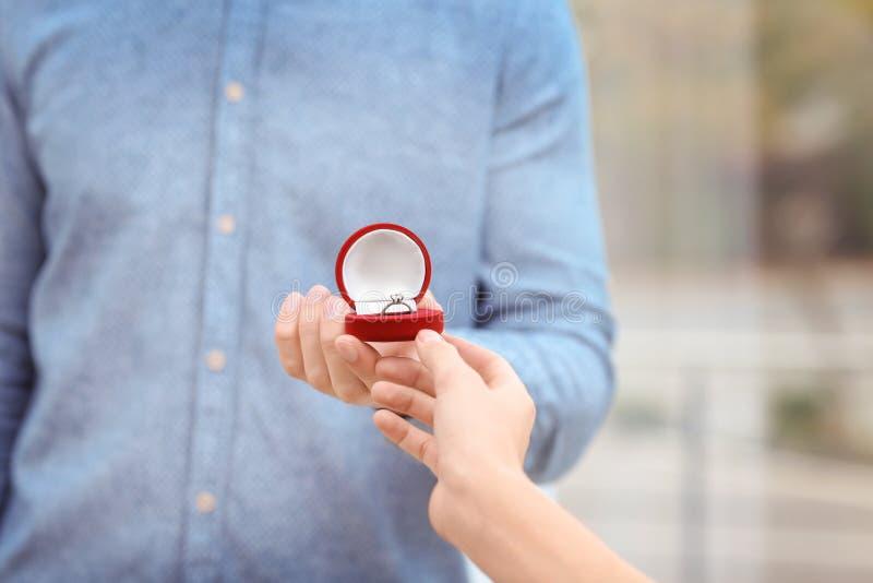 Bemannen Sie das Vorschlagen zu seinem, das mit schönem Verlobungsring geliebt ist, lizenzfreie stockbilder