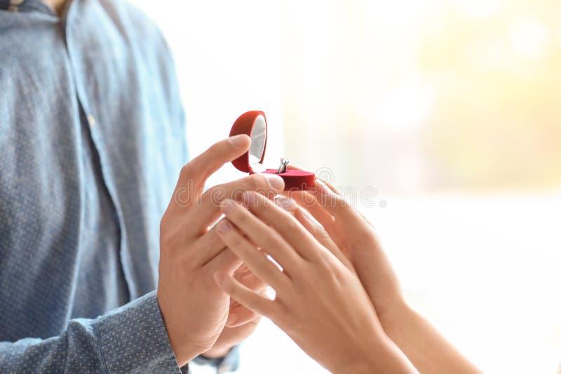 Bemannen Sie das Vorschlagen zu seinem, das mit schönem Verlobungsring geliebt ist, lizenzfreies stockfoto
