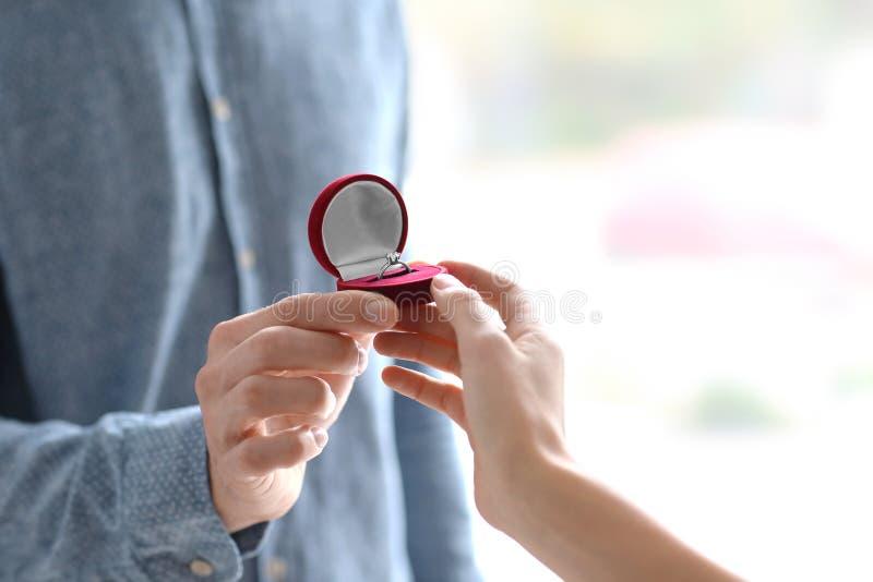 Bemannen Sie das Vorschlagen zu seinem, das mit schönem Verlobungsring geliebt ist, stockbilder