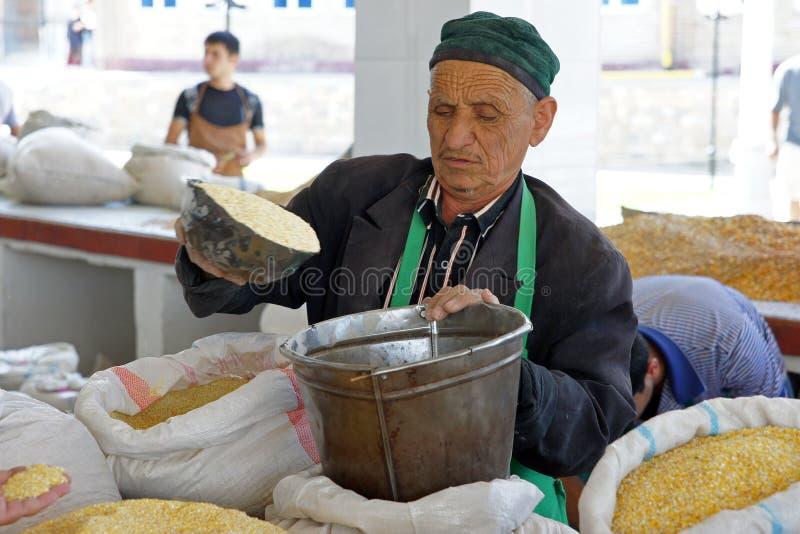 Bemannen Sie den Handel auf einem Markt, Samarkand, Usbekistan lizenzfreie stockfotografie