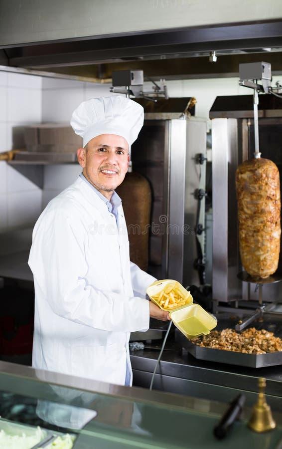 Bemannen Sie Den Koch, Der Kebabteller Auf Küche Im ...