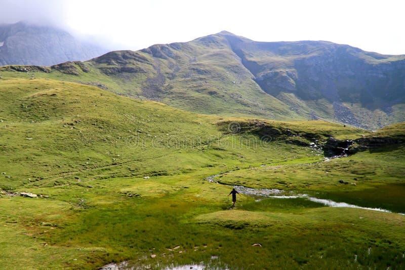 Bemannen Sie in den Pyrenees-Bergen lizenzfreies stockbild