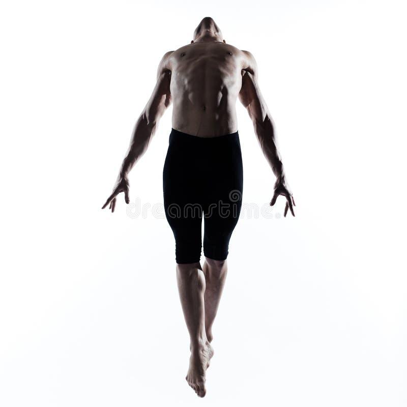 Bemannen Sie den Tänzer des modernen Balletts, der das gymnastisches akrobatisches Springen tanzt lizenzfreie stockbilder