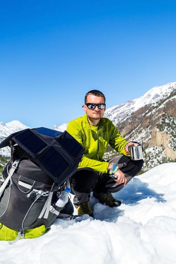 Bemannen Sie den Wanderer, der in den Winterbergen kampiert und stillsteht stockfotografie