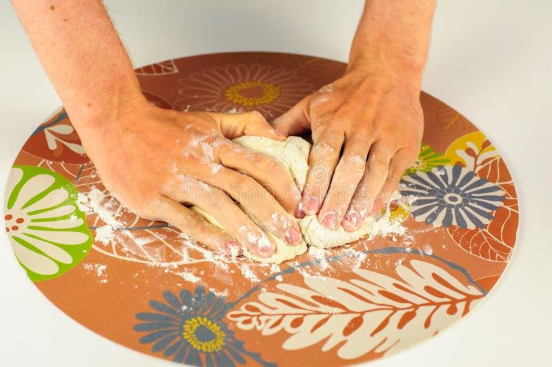 Bemannen Sie die Hände, die Teig für Mehlklöße mit Fleisch machen stockbilder