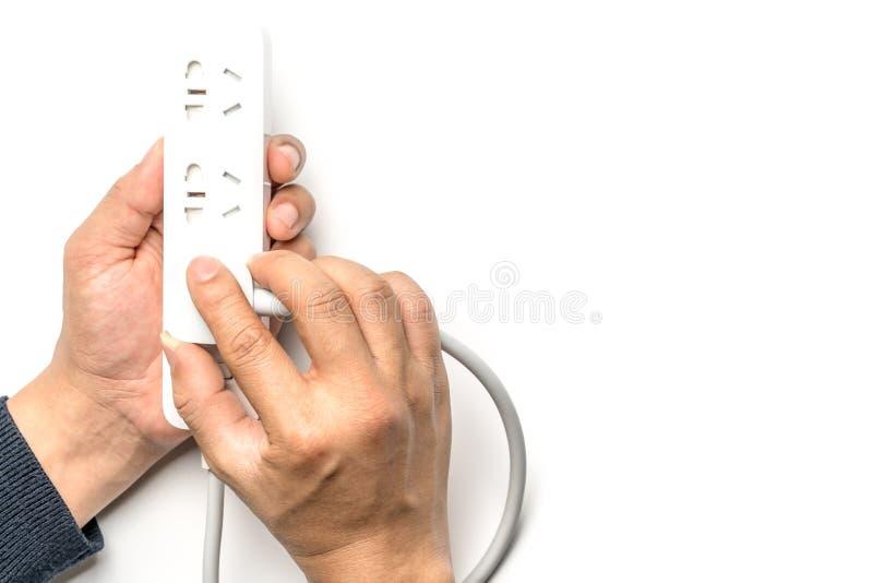 Bemannen Sie die Hand, die das der Sockelstange des elektrischen Stroms weiße Isolat Farbverstopft sparen Sie Energie und verring stockfotografie